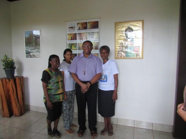 As irmãs da Comunidade e o Bispo Franciscano Dom Frei João Munis, OFM