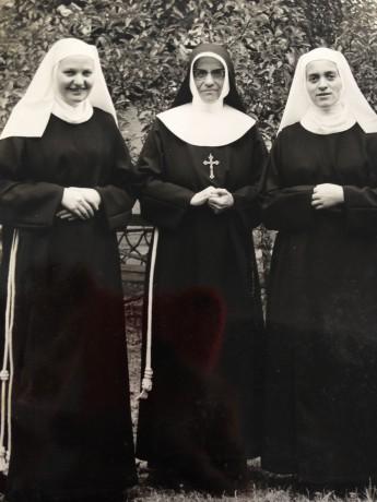 Ir. Fridolina Lautner (Centro) - Responsável pelo grupo das primeiras missionárias no Brasil e Ir. Pia (Esq) e Ir. Fidélis (dir.)