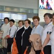 Irmãs reunidas no saguão do aeroporto antes do embarque