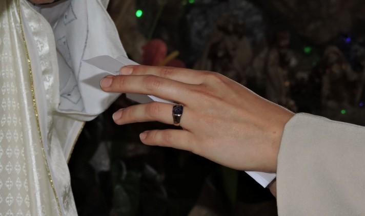 O anel é simbolo da sua consagração a Deus e do seu compromisso com o povo.