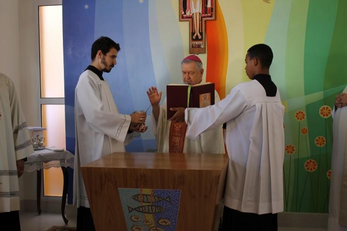 Dom Luiz abençoa a água relembrando o batismo