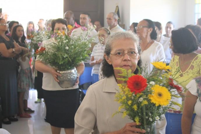 As irmã ofertaram flores ao altar