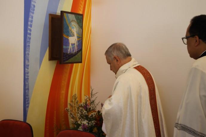 Adoraçao do celebrante às Sagradas espécies no novo sacrário