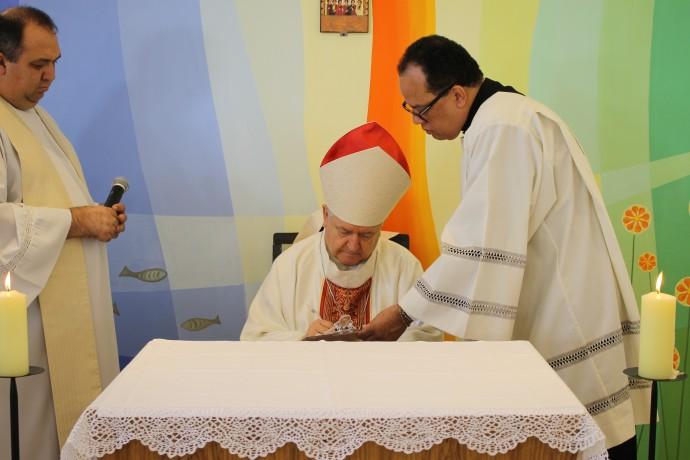 Assinatura do termo de Dedicação pelo bispo