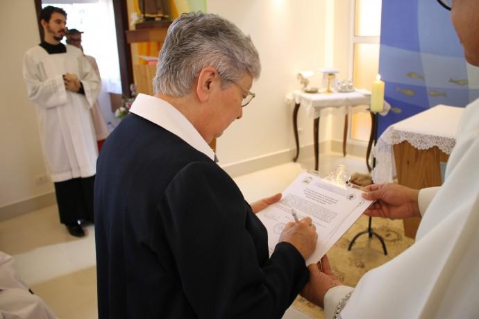 Assinatura do termo de Dedicação pela Superiora Irmã Bernadette