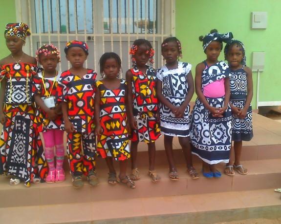 Meninas com traje africano