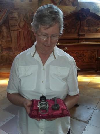 Ir. Paula Krindges recebe a chave da Congregação e a Chancela, um carimbo que simboliza a representação pública da Superiora perante Órgãos Públicos e Eclesiásticos