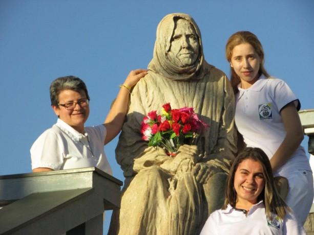 Irmãs Missionárias na estátua de Nhá Chica