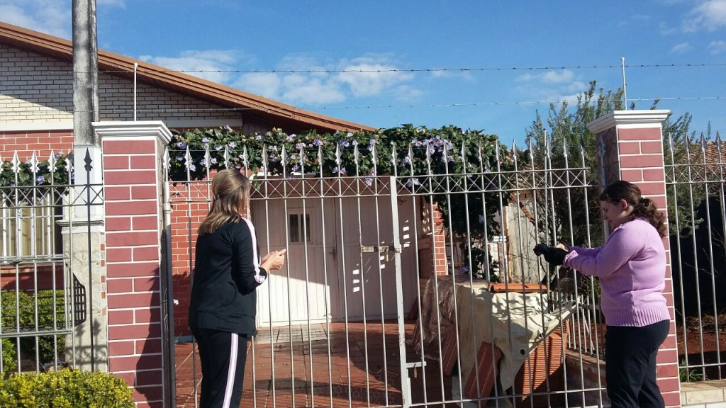 Visita das missionárias nas casas da comunidade ponta-grossense.